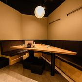 4~6名様までご利用できるテーブル席となります。照明がシックな雰囲気をだしておりますので様々なシーンとの相性◎