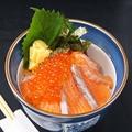 料理メニュー写真サーモンといくらの親子丼 (赤だし付き)