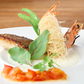【天然マダイのポワレと天使のえびのカダイフ揚げ】こちらはコース料理の一例となります!仕入れ状況によってメニューが変化致しますので、詳細は店舗までお問い合わせください。