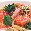 料理メニュー写真【オイル】いろいろ野菜とベーコンのパスタ