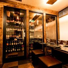 ソムリエ厳選自然派ワイン500種類以上が完全個室にございます。150年物の古材<アメリカ・レッドバーンウッド> 席はコネクト可能(最大30名様でご利用可能)