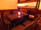 4人掛けの雰囲気のあるテーブル席。