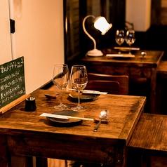 デートにぴったりの2名様用テーブル席はしっとり落ち着いた大人空間となっております。アメリカの古材レッドバーンウッドを使用しているので、木の独特な雰囲気が上質な空間を作り出します。