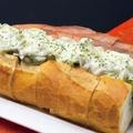 料理メニュー写真サーモンアボガドわさびマヨフランスパン