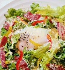 料理メニュー写真【竹鶏たまご】の半熟たまごでシーザーサラダ