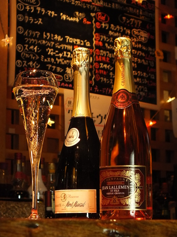 レアなワインを含む10種類前後のワインをグラス1杯から楽しめます。