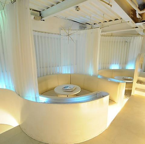 白を基調にしたプライベート感あふれるカーテン個室♪女子会や二次会などに是非!