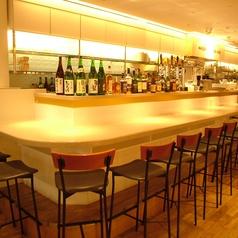 カウンター席ですがテーブル席並のテーブルの広さ!サク飲みはもちろん。ゆったりお過ごし頂くのにも最適♪