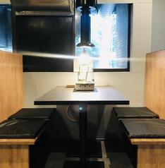 一つ一つの席に壁があるのでソーシャルディスタンス&プライベート空間◎
