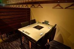 各テーブル木製の仕切りを用いて半個室のような空間をお作りする事ができます。周りを気にせず、モダンな落ち着いた雰囲気の店内でお食事をゆっくりお楽しみください。