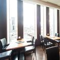 窓際席は開放的で明るく、外の景色を眺めながらお食事や会話をお楽しみいただけます。夜には夜景も見ることもできます♪テーブル席は最大18名様までご利用可能です。