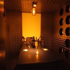 ◆個室感たっぷりの4名様用BOX席◆ 店内は新橋の喧騒を忘れさせるような暖かな光で安らぎを演出します。デートや誕生日会などにオススメ★記念日のお客様にメッセージ付デザートプレートを無料サービス♪