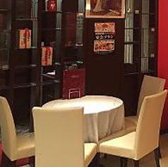 円卓を囲むお食事は、いつもよりも会話が弾む特等席♪ご家族やご友人とのお食事に。