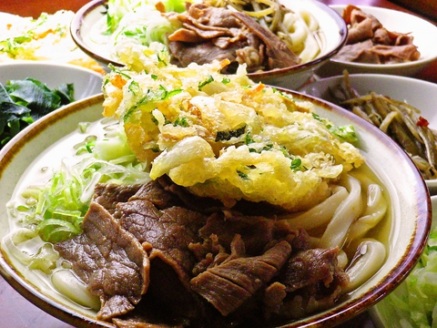 麺とスープにこだわるのはもちろん、トッピングにもこだわる!大きな天ぷらが人気。