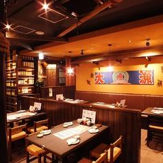 店内に入って左側のテーブルです。「大あさり」や「旬の魚」など海の幸はもちろん、「伊勢うどん」や「手こね寿司」など伊勢志摩の郷土料理が楽しめるのも魅力!料理にあった、日本酒も多数取り揃えてあります。