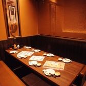 完全個室のテーブル席。新しくて懐かしいほっとする空気。気取らない雰囲気だから、いつの間にか和める事請け合いです。会社のお仲間やご家族と、ぜひとも体験してみてください。[名駅 居酒屋 接待 刺身 魚 海鮮 寿司 炉端焼き]