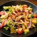 料理メニュー写真アボカドと鶏のタタキ風サラダ