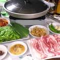 【サムギョプサルの美味しい食べ方】 まずはセットの内容を確認!厚切りの国産ブランド豚に、たっぷりの国産野菜(サンチュ・エゴマの葉・にんにく)、手作りのネギサラダ&キムチと、味付けのコチュジャンとゴマ油・・・準備ばっちり!