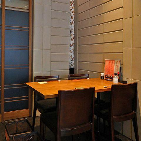 《1卓限定テーブル席》 簾で仕切ったテーブル席もございます。テーブルフロアには一部、簾で仕切った席もございます。近況を語り合う女子会やご家族で、御友人との御食事に人気です。人気の席となっておりますのでお早めにお問い合わせ下さい。