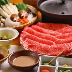 <赤身・霜降りの旨味を>しゃぶしゃぶコースはご予算・お好みに応じてお肉の種類をお選びいただけます。程よく赤身の旨味を堪能したり、口の中でとろけるような極上の霜降りを堪能したりと、木曽路自慢の味わいをお楽しみください。追加肉のご注文も承っております。