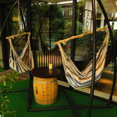 7月中旬にテラスが新しく生まれ変わります!人工芝を敷いた席やハンモックのお席などより快適にお過ごしいただけます。