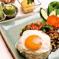 料理メニュー写真鶏挽き肉のスパイシーバジル炒めのせごはん ~ガイ・ガパオ・ラート・カオ~