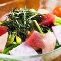 料理メニュー写真焦がしネギとまぐろの和風サラダ