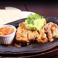 料理メニュー写真チキンとアボカドのファフィータ
