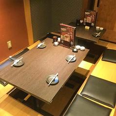 【神田駅1分の鶏料理専門店】脚を伸ばしながらゆったりとお食事を楽しめる大人気の掘りごたつ席も完備しています。