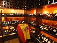 200本以上の厳選ワインが並ぶ当店自慢のワインセラー!!