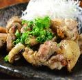 料理メニュー写真若鶏モモの炭火焼き あら塩と柚子胡椒添え