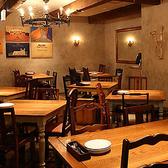 壁に飾られたアートやアンティークテイストの大きな鏡やテーブル、チェアなど、ひとつひとつがおしゃれで写真映えする店内です。