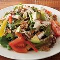 料理メニュー写真蒸し鶏とアボカドのオールブランサラダ