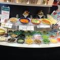 野菜やドレッシング・トッピングなど種類豊富のサラダバー※画像は系列店です