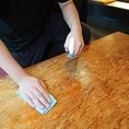 【新型コロナウィルスの取り組み】 ~お客様と店内従業員の感染予防対策について~お客様がお席に着かれまして、改めてテーブルをアルコール消毒させて頂いております。