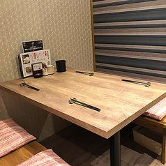 テーブル席は全部で14席あり!簾をおろしてプライベートな空間にすることや、8名様までのお席で少人数のご宴会もご利用いただけます♪全席喫煙OK!