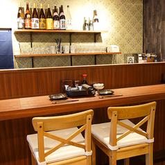 カウンターでのカップルシート。二人だけの空間を感じさせないカウンター。お酒がいっぱいあるので、観ながらの一杯も乙。