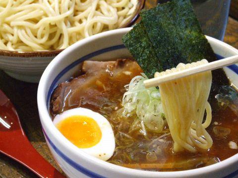 魚介の濃厚な旨みが凝縮されたスープに太麺が絡み合う。知らない人は損をする旨さ!!