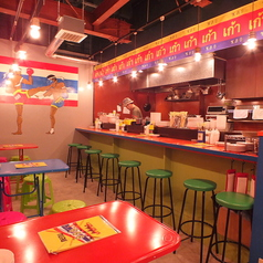 原色カラーが楽しい、オーナーこだわりのインテリア。背景はタイの国旗をイメージしました♪