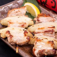 料理メニュー写真豚バラ玉ねぎ串(塩、味噌、タレ、ネギまみれ)