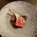 料理メニュー写真仔羊ロース肉の香草パン粉焼き