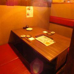2名様用の掘りごたつ席の個室です。周りが気にならないゆったりテーブル席は、テーブルも広めなのでデートや軽い顔合わせなどでのご利用ももちろん可能です!※感染症対策のため通常よりも席数を減らし、社会的距離の確保に努めています。