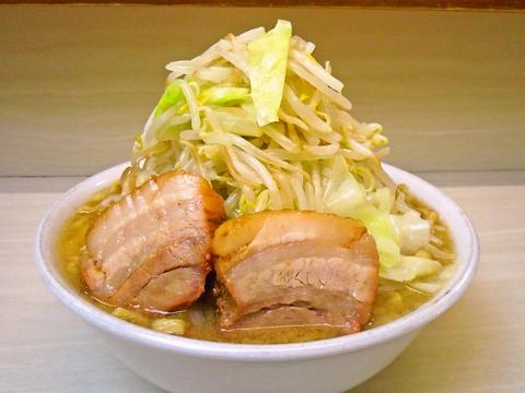 自家製麺は極太麺。ボリューム満点。お腹いっぱい、ガッツリラーメンが食べられる。