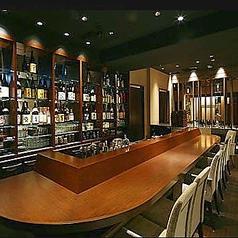 バーカウンターの前にある2名様用のカウンター席。横に並んでのお食事は向かい合ってする食事よりお話しが盛り上がります!親しい方との集まりや、デートでのご利用にも最適です。バーにいるスタッフから内緒のサービスもあるかも??