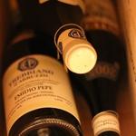真面目な造り手さん達が心を込めて育てた「手造りワイン」を扱うワインショップも併設