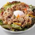 料理メニュー写真温玉焼肉サラダ