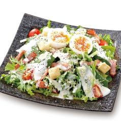 料理メニュー写真半熟玉子とほうれん草のシーザーサラダ