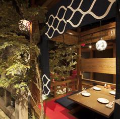 存在感のある半個室。こちらも床下が川になっている川床席。京都への小旅行気分を味わえる店内で非日常的なひと時をお楽しみください。