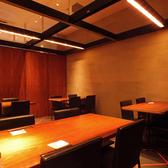 落ち着いた雰囲気の4名様テーブル席です。レイアウトを変更することにより、大人数でのご使用も可能なテーブル席となっております。また、パーテーションを使用して8名様、10名様の半個室としてご利用いただくことも可能ですので、様々なシチュエーションに適したお席となっています。