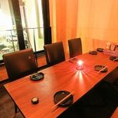 【2階】2階にある半個室テラス席です、横のテーブルと併せると最大12名様まで収容可能です♪釜川を臨みながらお食事ができます